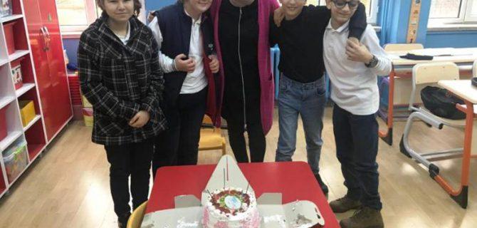 Sınıf annesi Ayşe Uluğ, Günseli Öğretmenin Öğretmenler gününü kutladı.