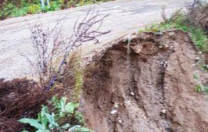 Biga'nın Yolindi Köyü'ne giden yolda yoğun yağışlardan ötürü çökme meydana geldi.