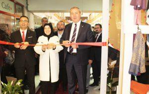 Cahide Abla Eşarp mağazası düzenlenen törenle açıldı.