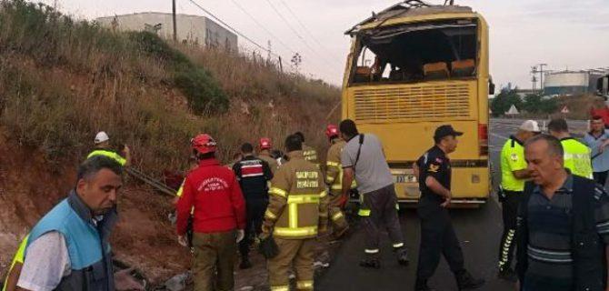 Tur otobüsü ile otomobil çarpıştı: 4 ölü, 35 yaralı