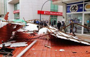 Biga'da fırtına nedeniyle 5 katlı binanın çatısı uçtu