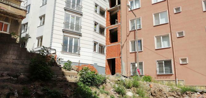 Yandaki inşaat, penceresine kadar gelince isyan etti