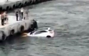 Biga'da otomobil denize düştü