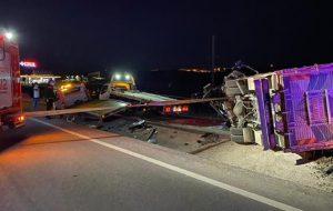 Ambulans, kamyon ve otomobilin karıştığı kazada 4 kişi öldü