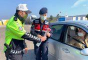POLİS VE JANDARMA KADINLARA KARANFİL DAĞITTI