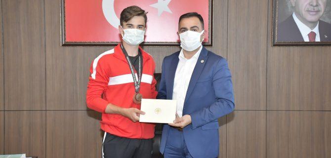 Başkan Erdoğan, Milli Atlet Anıl Korkmaz'ı Tebrik Etti